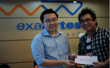 Chan Kee Siak gave prize to Roger Liew at Exabytes headquaters