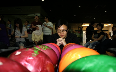 vickson tan praying to win exabytes bowling tournament
